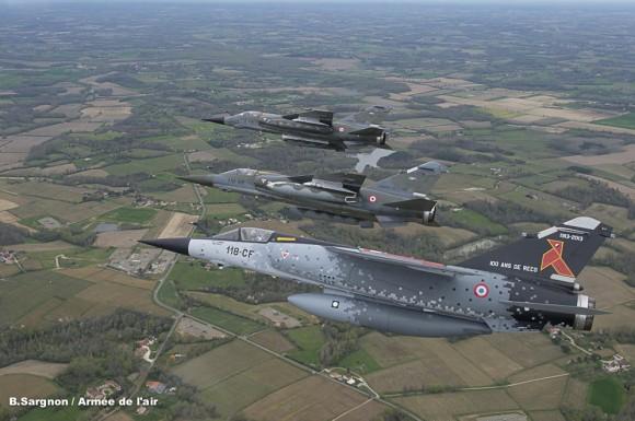 Mirage F1CR com pintura comemorativa dos 100 anos da esquadrilha Cocotte e mais dois jatos do tipo - foto Força Aérea Francesa