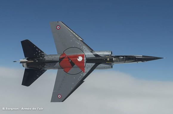 Mirage F1CR com pintura comemorativa dos 100 anos da esquadrilha Cocotte - foto Força Aérea Francesa