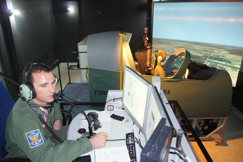 pilotos-da-fumaca-treinam-no-simulador-do-A-29-foto-EDA