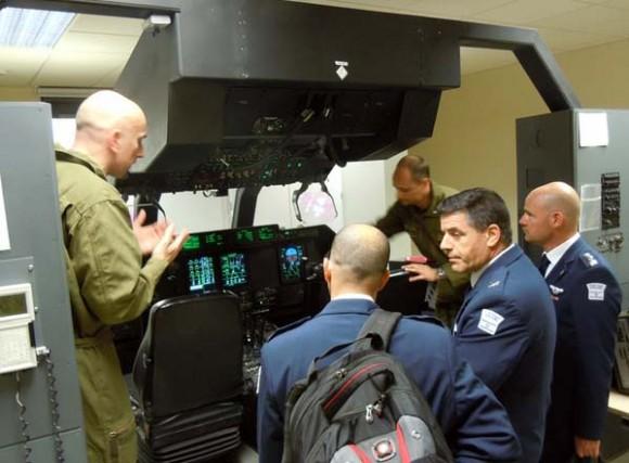 Comandante de Operações Aéreas da Força Aérea Israelense em simulador de C-130J na Itália - foto Força Aérea Italiana