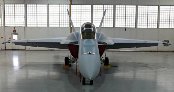 Super Hornet com CFT e baia externa de armas - foto 2 via Flightglobal
