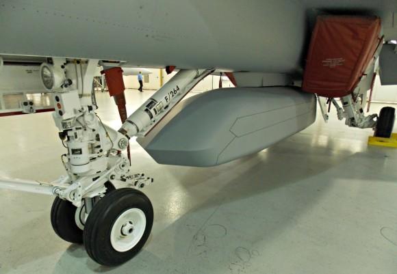 Super Hornet com CFT e baia externa de armas - foto 3 via Flightglobal