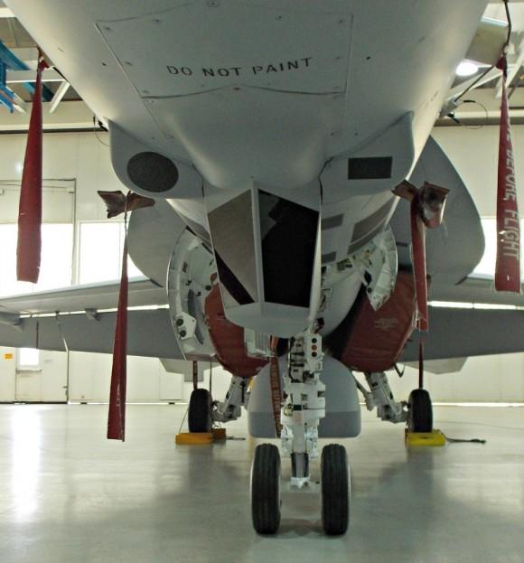 Super Hornet com CFT e baia externa de armas - foto 4 via Flightglobal