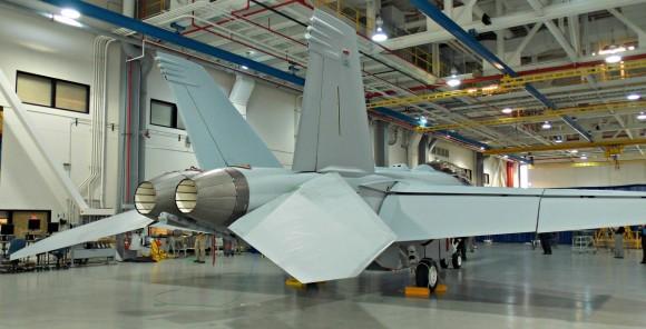 Super Hornet com CFT e baia externa de armas - foto 5 via Flightglobal