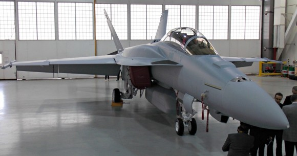 Super Hornet com CFT e baia externa de armas - foto via Flightglobal