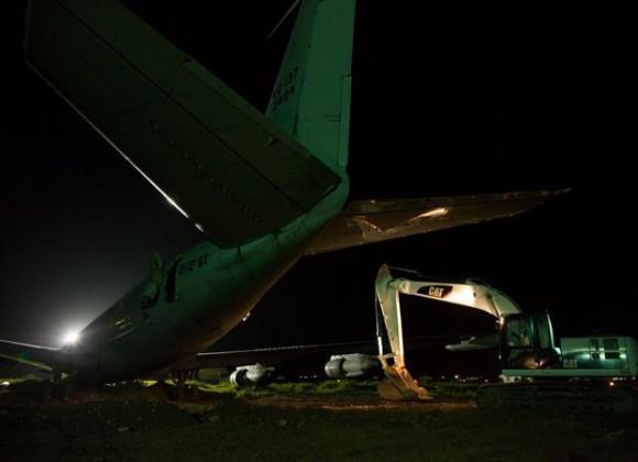Trabalhos em KC-137 que teve acidente no Haiti - foto 2 A M Leon - Minustah-UN via G1