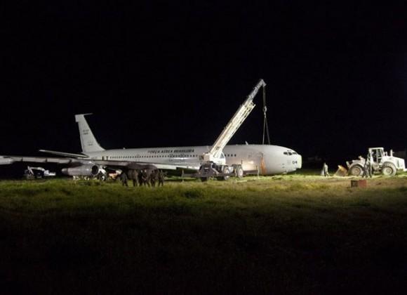 Trabalhos em KC-137 que teve acidente no Haiti - foto A M Leon - Minustah-UN via G1
