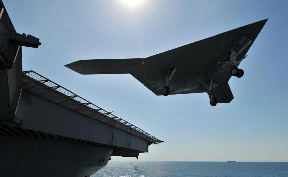 X-47B faz toque e arremetida no CVN 77 em 17 de maio de 2013 - foto USN