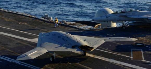 X-47B taxia em 2012 em testes no CVN 75 com Super Hornet em segundo plano - foto USN