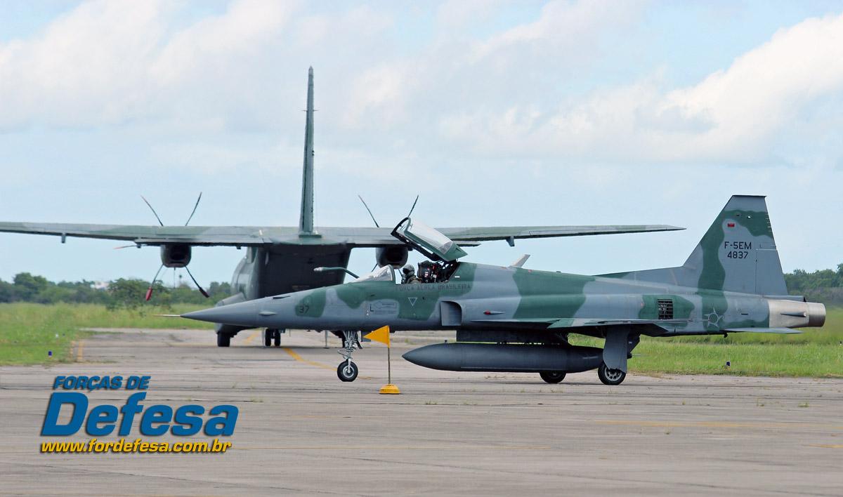 C-105 Amazonas e F-5M na BASC - foto Poggio