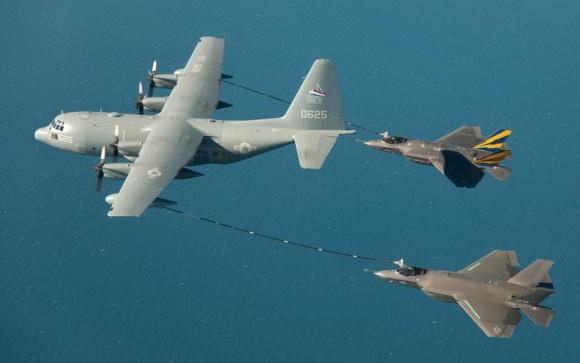Dois jatos F-35C sendo reabastecidos em voo - foto Lockheed Martin