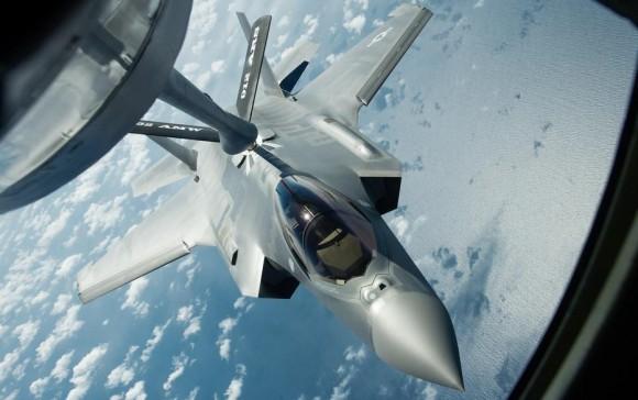 F-35A sendo reabastecido em voo por sistema de lança - flying boom - foto USAF