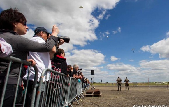 Público em show aéreo na Base de Châteaudun - foto Força Aérea Francesa
