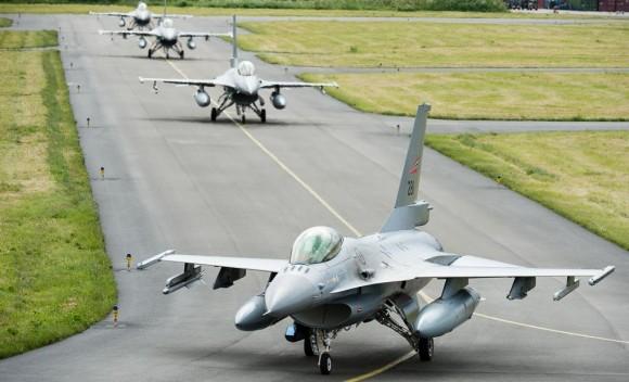 Tiger Meet 2013 - F-16 taxiando - foto via Força Aérea Francesa