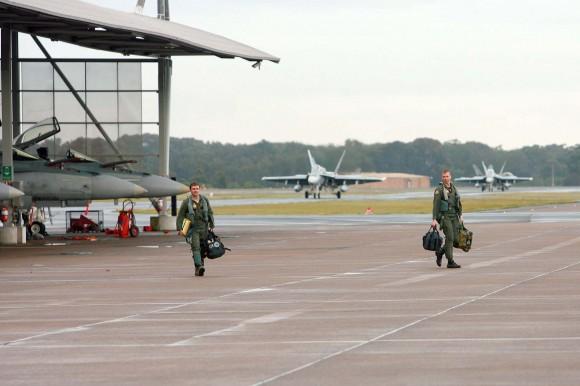 caças F-18 Hornet e seus pilotos de volta a Williamtown após curso de instrutores de caça - foto MD Australia