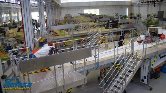 Fábrica da Helibras em Itajubá - out 2012 - linha do EC725 com linha Esquilo à esquerda - foto Nunão - Forças de Defesa