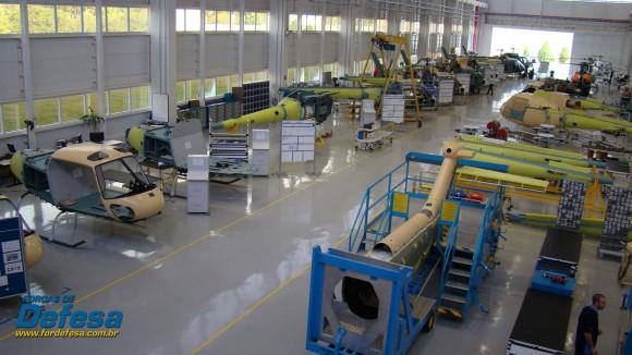 Fábrica da Helibras em Itajubá - out 2012 - linha do Esquilo - foto Nunão - Forças de Defesa