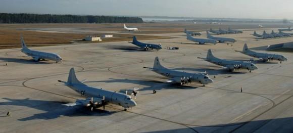 P-8A e P-3C no pátio em Jacksonville Flórida - foto USN