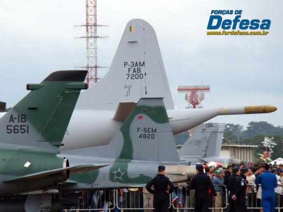 caudas de F-5M e A-1 junto a cauda de P-3AM da FAB na AFA em 2012 - foto Nunão - Forças de Defesa