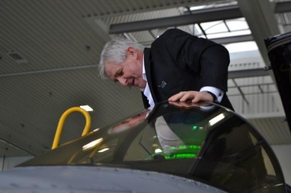 primeiro ministro Jiri Rusnok sobe em cockpit de Gripen na base de Caslav - foto Min Def República Tcheca