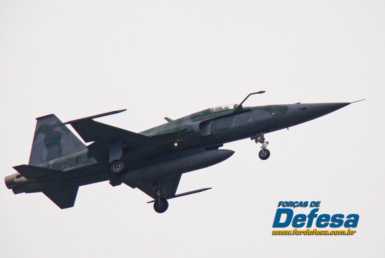 F-5EM-no-Domingo-Aéreo-2013-PAMA-SP-Foto-Nunão-Poder-Aéreo-Forças-de-Defesa mod2