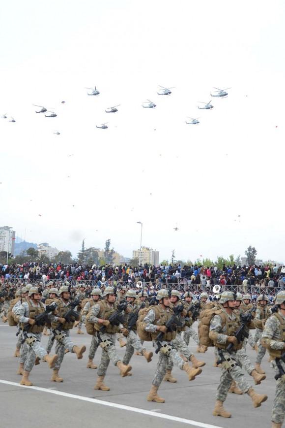 Helicópteros em parada militar chilena - foto inteira FACh