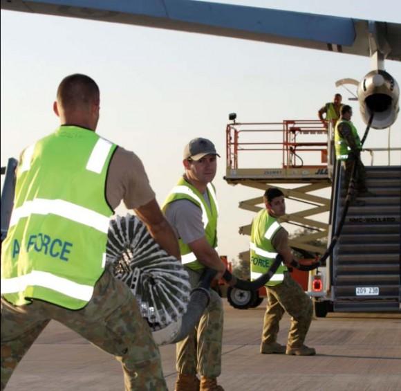 Preparando cesta de KC-30A para o exercício australiano ECADEX 13 - foto MD Australia