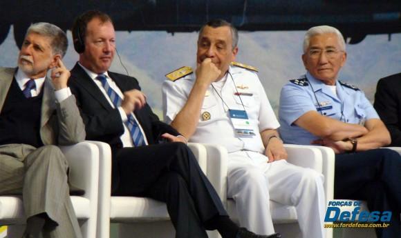 Celso Amorim - Lutz Bertling ex-pres Eurocopter - Moura Neto - Juniti Saito - inauguração Helibras out 2012 - foto Nunão - Forças de Defesa
