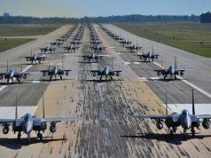 """F-15E Strike Eagles realizando um """"Elephant Walk"""""""