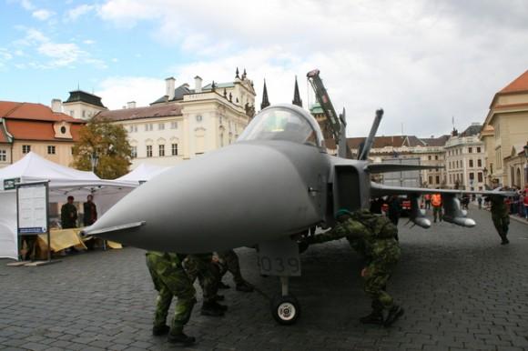 Maquete de Gripen em praça de Praga - foto Min Def Rep Tcheca
