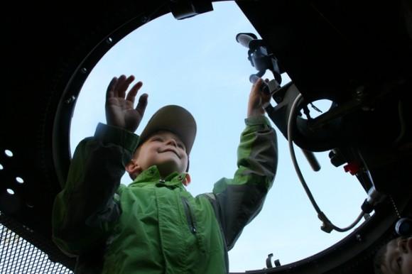 Menino em veículo blindado em praça de Praga - foto Min Def Rep Tcheca