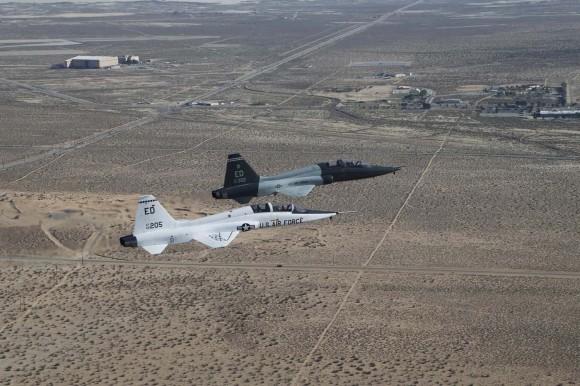 T-38A em voo de despedida com  T-38C em Edwards - foto USAF
