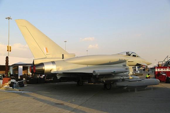 Eurofighter Typhoon com tanques conformais - maquete no Dubai Air Show 2013 - foto via AIN Online