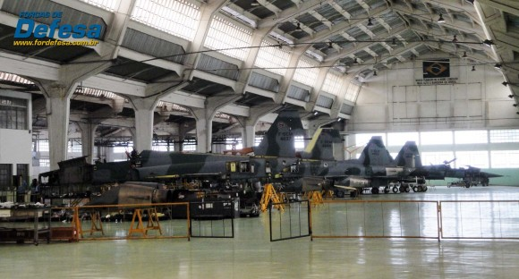 F-5EM e FM em revisão no PAMA-SP no final de novembro de 2013 - foto Nunão - Forças de Defesa