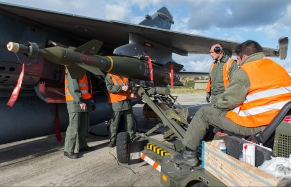 Mirage F1 - última campanha ar-solo - instalação de GBU 16 de 500kg- fotoForça Aérea Francesa