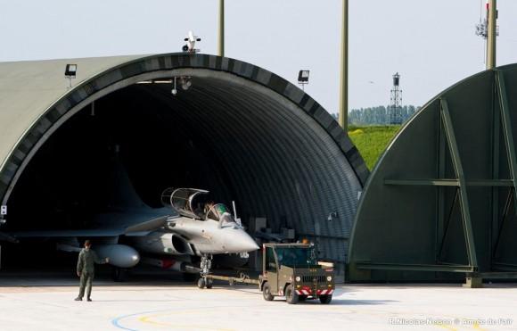 Rafale com míssil ASMP-A na estação ventral deixa hangarete - foto Força Aérea Francesa