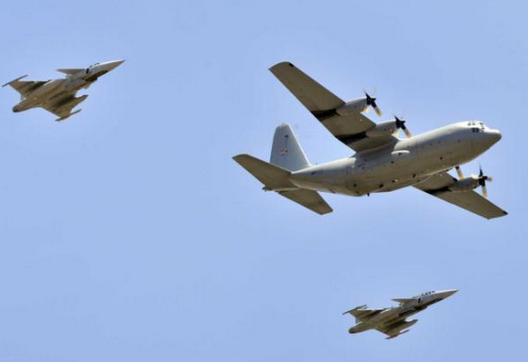 caças Gripen da África do Sul escoltam C-130 com corpo de Nelson Mandela - foto The Independent