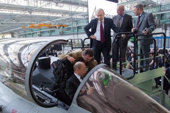 Lançamento Rafale F3R em Merignac -CEO Eric Trappier observa MD Le Drian na cabine - foto Dassault