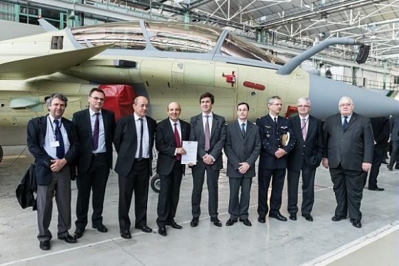 Lançamento Rafale F3R em Merignac - CEO Eric Trappier segura documento com MD Le Drian à sua direita - foto Dassault