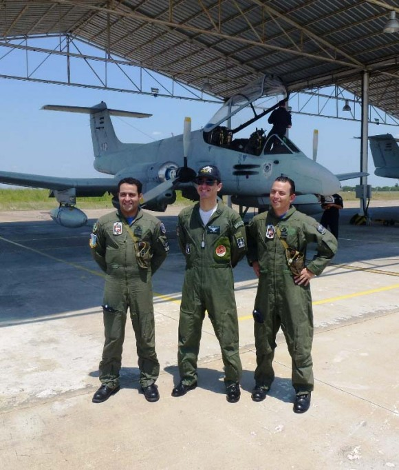 Coronel Roberto Cezar Salvado Fleury Curado voa em Pucará - foto Força Aérea Argentina