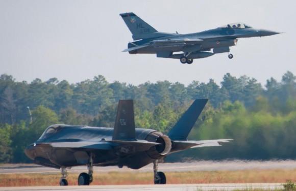 F-35 e F-16 em treinamento conjunto - foto USAF