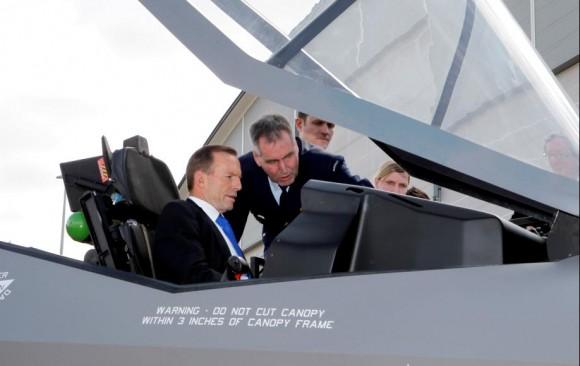 mockup do F-35A é apresentado ao ministro da defesa australiano - foto Min Def da Austrália