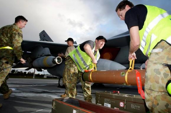 Exercício Stoneage - Super Hornet da RAAF é armado com GBU-24 - foto  MD Australia