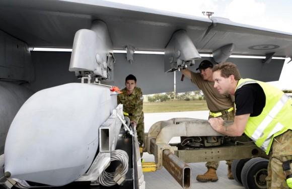 Exercício Stoneage - Super Hornet da RAAF é armado com JSOW - foto MD Australia