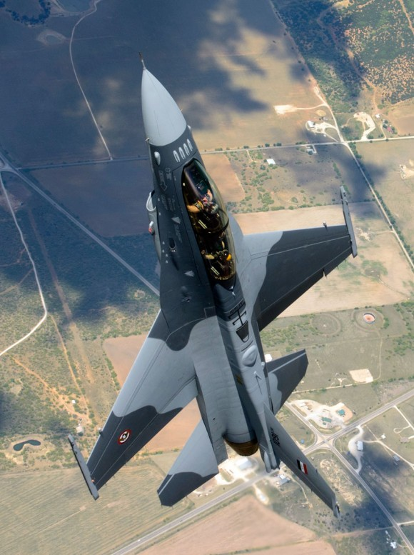 F-16 Iraque - primeiro voo - foto via Code One Magazine - Lockheed Martin