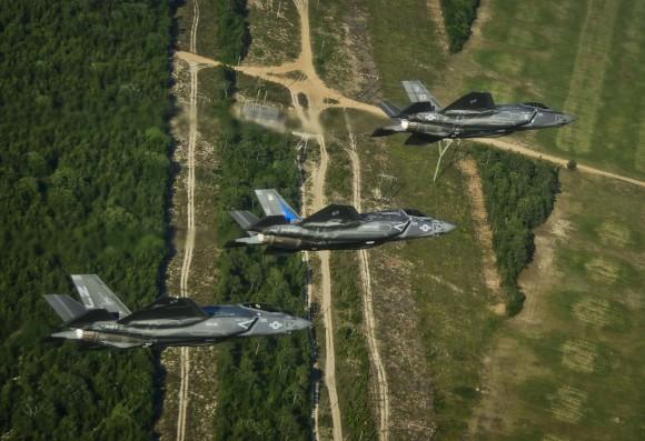 F-35C - F-35B - F-35A em formação próximo a Eglin - foto USAF