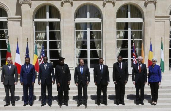 François Hollande com MRE britânico e líderes africanos - foto Reuters.net