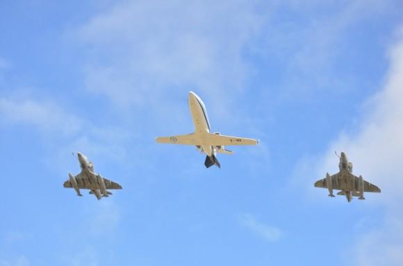 Lear Jet com chefe estado maior FAA escoltado por dois A-4AR - foto Força Aérea Argentina