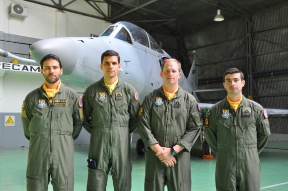 Os quatro novos pilotos de A-4AR - 8 maio 2013 - foto Força Aérea Argentina