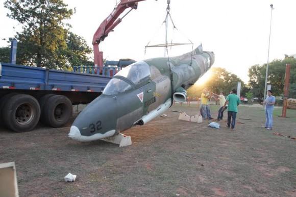 AT-26 Xavante que vai virar monumento em Ribeirão Preto - foto via Estadao
